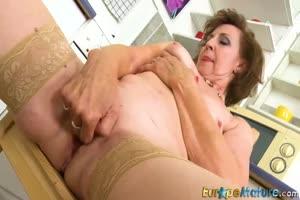 Две зрелые женщины соло мастурбирует на камеру